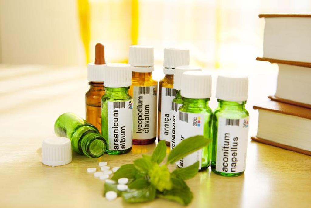 درمان در همیوپاتی بر این اصل استوار است که هر چیز را باید با چیزی مشابه درمان کرد . کلمه هومیوپاتی از دو واژه یونانی هومویو به معنای مشابه و پتوس به معنای درمان ساخته شده است.