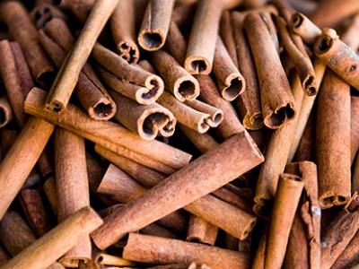 دارچین سیگاری ، انتی اکسیدان ، آنتی هیستامین و آنتی پروتستا گلاندیناست . خواص ضدلوسمی، ضد باکتری و ضد ویروس و ضدقارچ کاندیدا دارد .